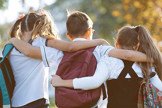 Niños abrazados en viaje de grupo