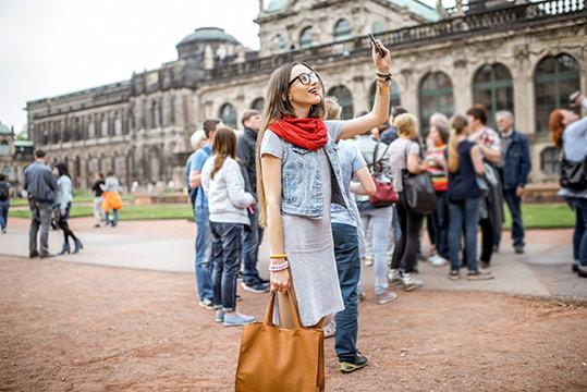 Chica haciendo foto en viaje en grupo